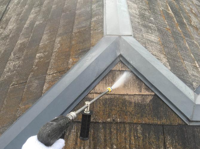 屋根の汚れや塗膜の剥がれをしっかり落とします。