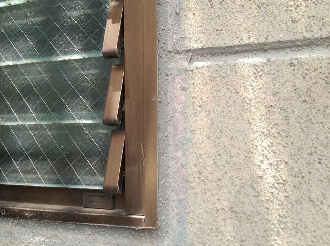 窓まわりのシール打ち替え施工前の状態です。