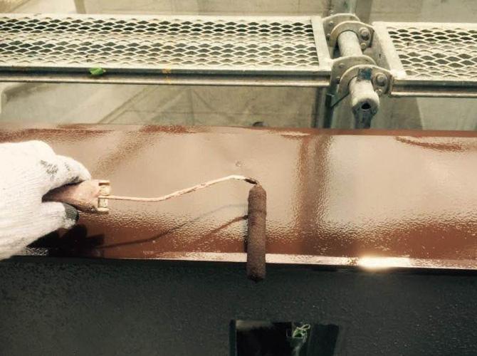 バルコニー笠木の上塗り施工中のようすです。
