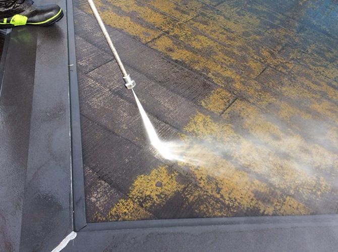 洗浄で屋根のカビや苔などの汚れをしっかり落とします。