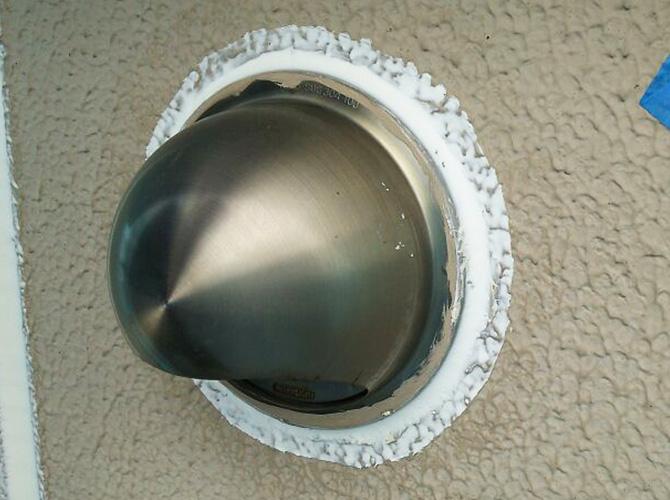 シーリング材を打ち替えて雨水の侵入を防ぎます。