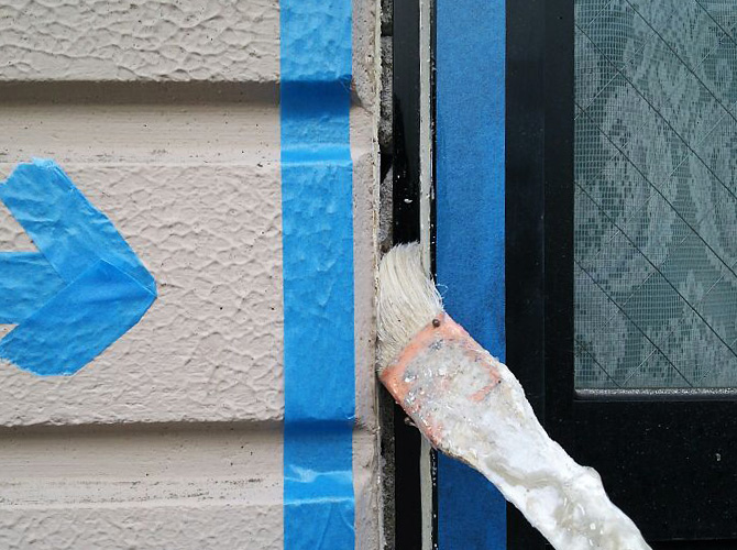 養生後にプライマーを施工個所に塗ります。