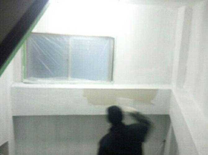 外壁塗装の下塗りの施工中です。