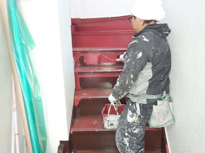 階段の塗装工事施工中です。