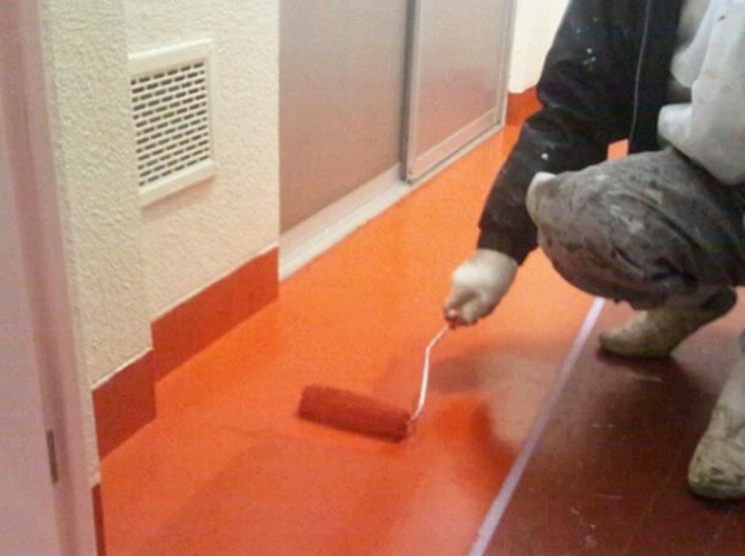 床の塗装工事施工中です。