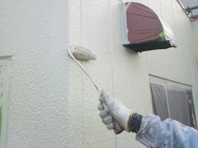 外壁塗装の下塗り施工中です。