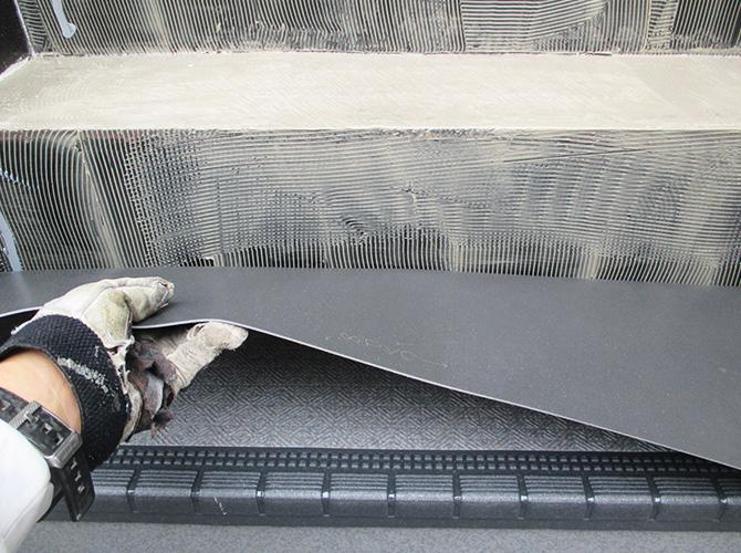 接着剤を塗布し長尺シートを張ります。