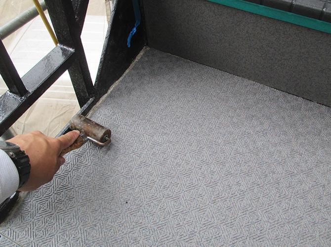 シートをしっかりとローラーで貼り付けます。