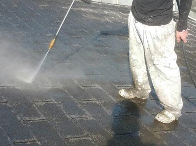 屋根もしっかりと汚れを落とします。