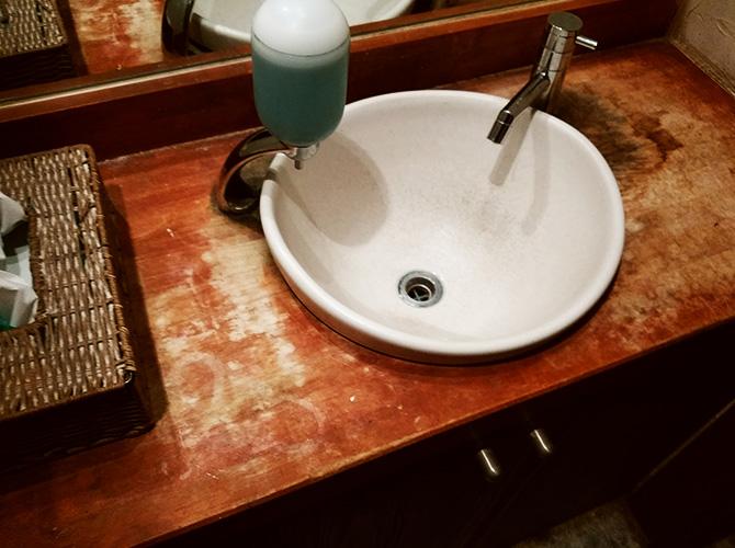 渋谷区広尾店舗洗面所の内装塗装工事の施工前