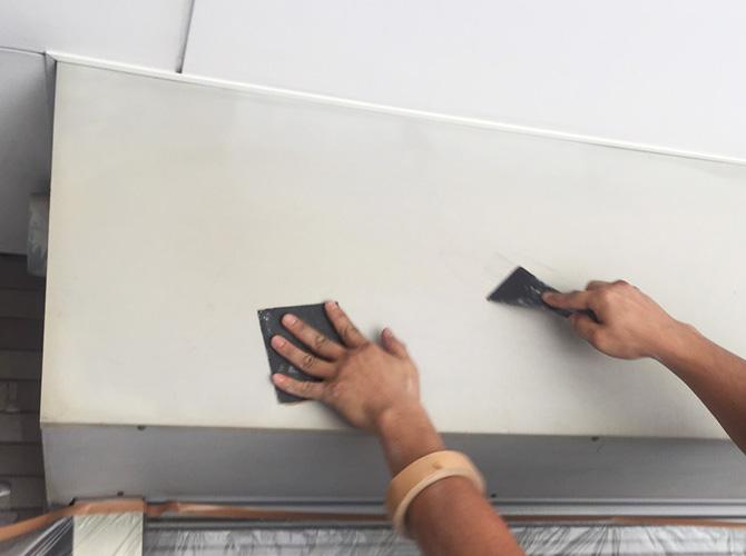 鉄部はサビなどの汚れを落としてから塗装します。