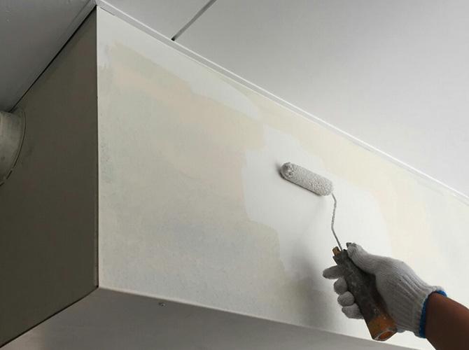 サビ止め塗装後の上塗り施工中です。