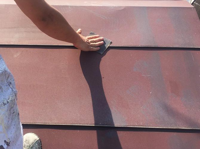 屋根塗装前のケレン清掃中のようすです。