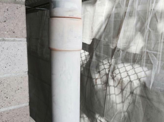 雨樋(竪樋)の塗装前の状態です。
