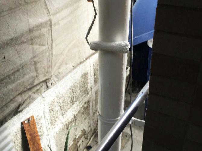 雨樋塗装の上塗り施工中のようすです。