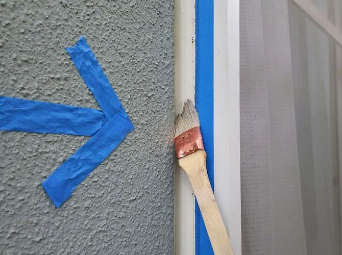シーリング材を打ち込む前にプライマーを塗ります。