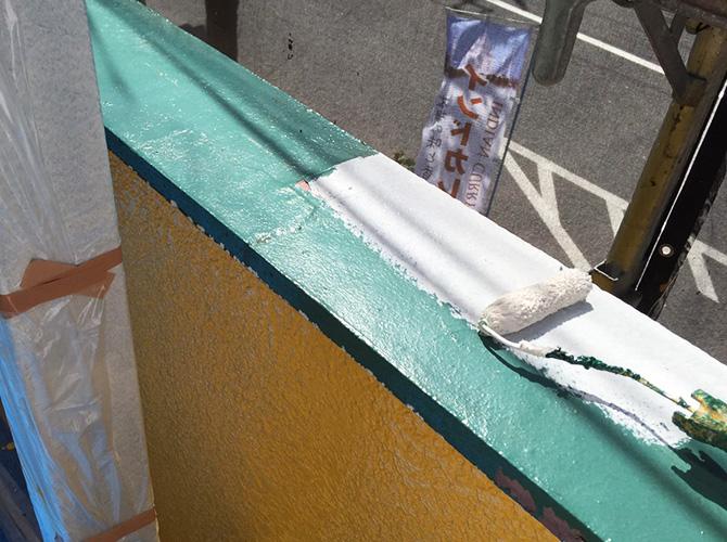 笠木の下塗り施工中のようすです。