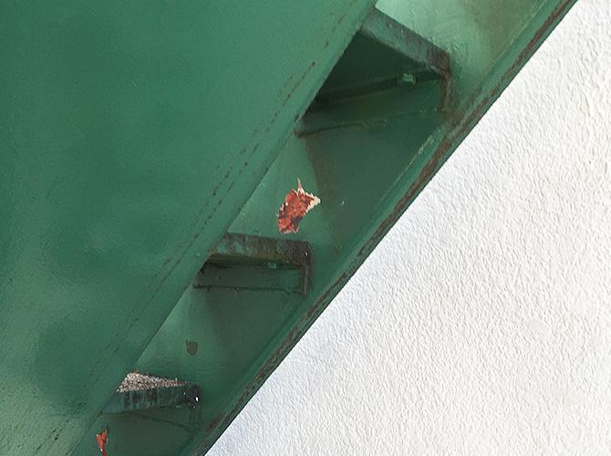 鉄骨階段サビ止め塗装の施工前の状態です。
