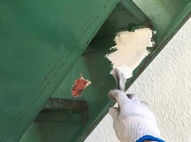 鉄骨階段のサビ止め塗装中のようすです。