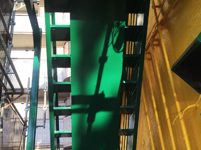 鉄骨階段塗装の施工完了後のようすです。
