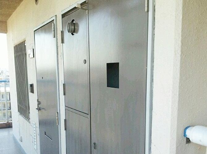 ドア塗装の施工中です。