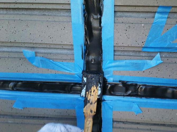 ヘラを使ってシーリング材を均一に整えます。