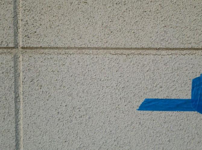 外壁目地のシール施工前の状態です。