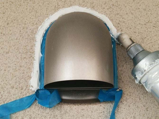 隙間を埋めることで雨漏りを防止します。