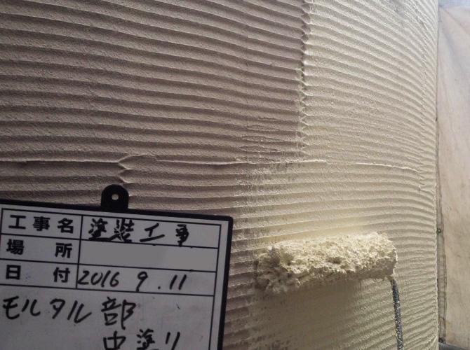 外壁モルタル材部分の中塗り施工中です。