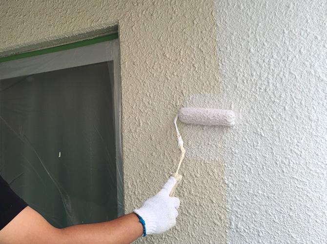 外壁の下塗り施工中のようすです。