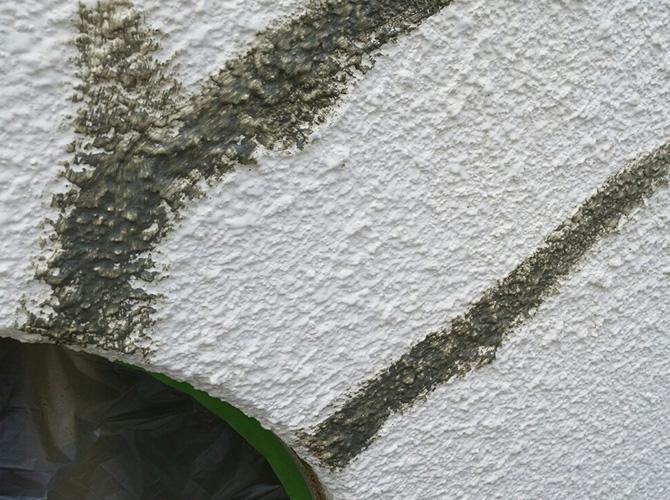 外壁のひび割れを補修して塗装していきます。