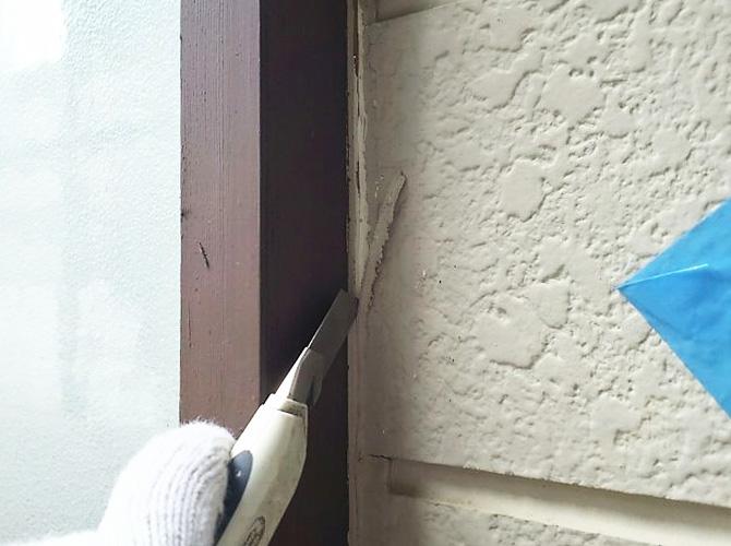 古くなったシーリング材を撤去して打ち替えます。