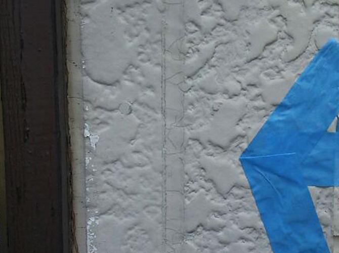 外壁目地部分のシール補修施工前の状態です。