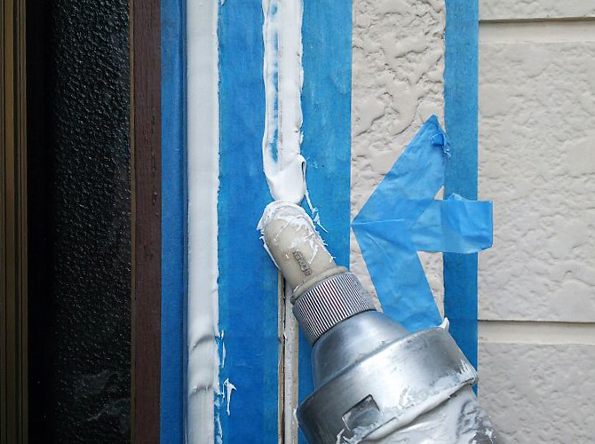 外壁目地にシーリング材を打ち込んでいきます。