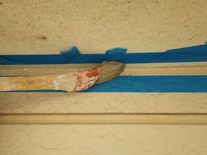 シーリング材が密着するようにプライマーを塗ります。