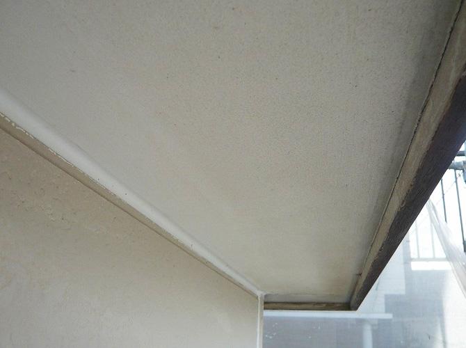 軒天井の塗り替え前の状態です。