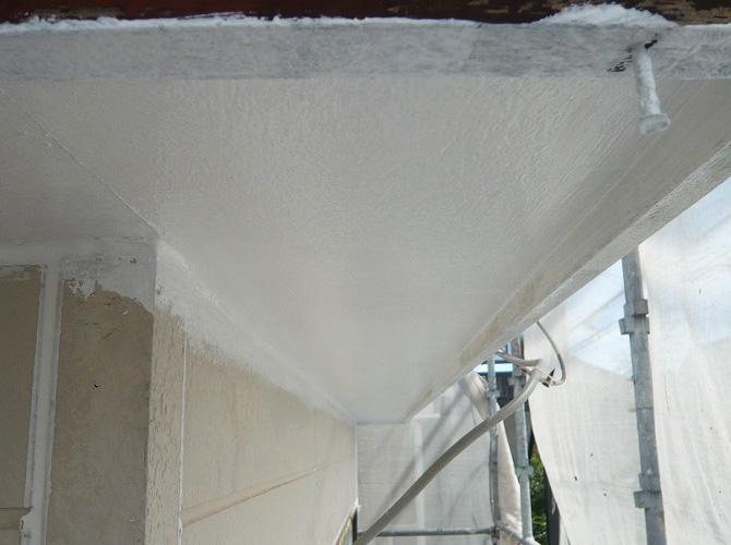 軒天塗装の下塗り完了後のようすです。