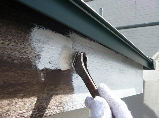 破風塗装の下塗り施工中のようすです。