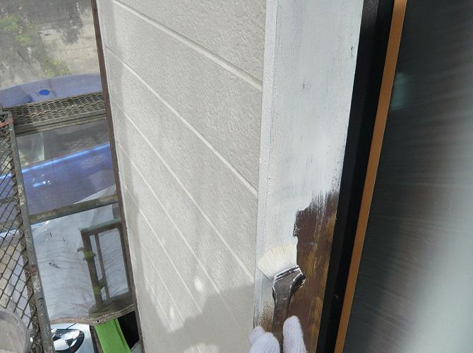 木部(木枠)の下塗り施工中のようすです。