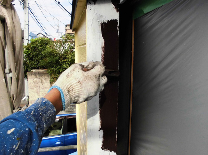 木枠の中塗り施工中のようすです。