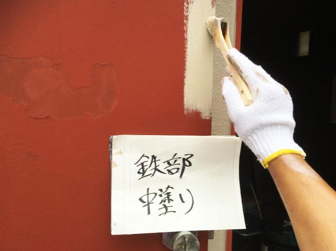 鉄部塗装の中塗り施工中のようすです。