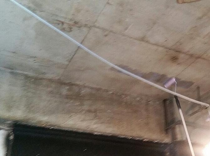 店舗天井部分の塗装中のようすです。