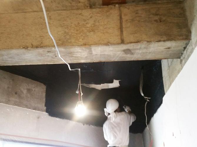 店舗天井部分の上塗り施工中のようすです。