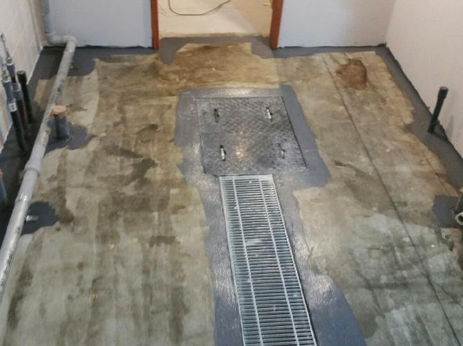 店舗床塗装の施工中のようすです。