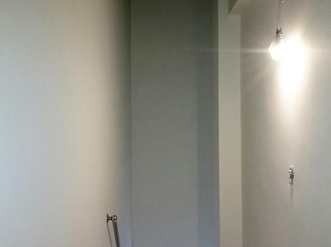 店舗内階段室の塗装完了後の状態です。