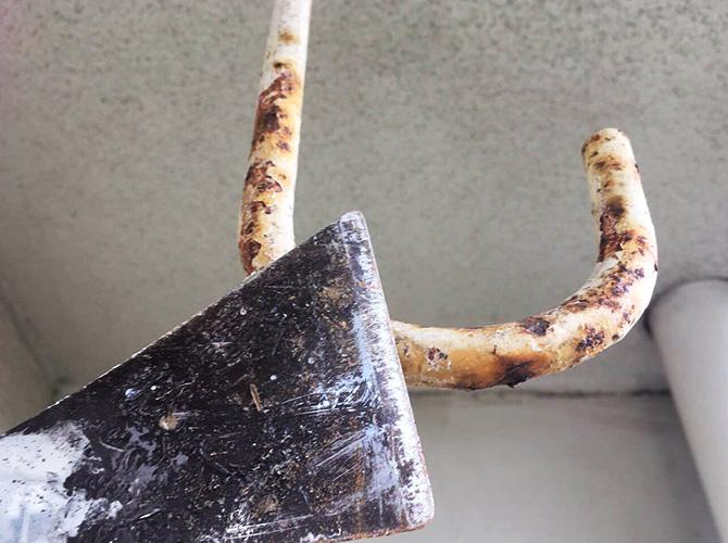 ベランダ鉄部のケレン清掃中のようすです。