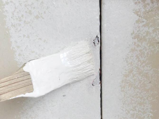 刷毛を使ってサビ止め塗料の塗装中です。