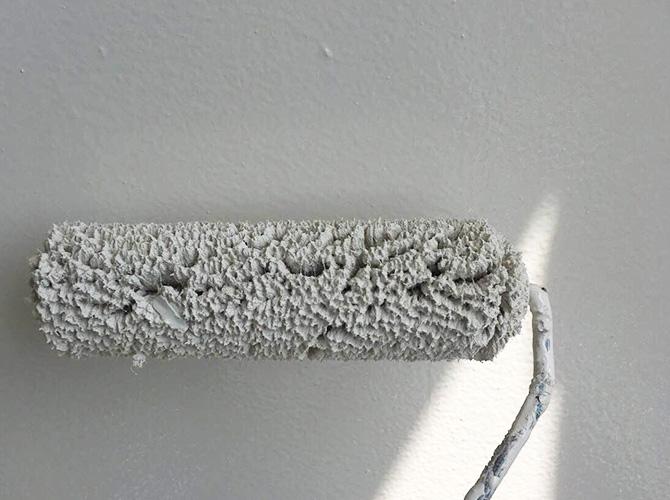 ローラーを使って鉄扉塗装を仕上げていきます。