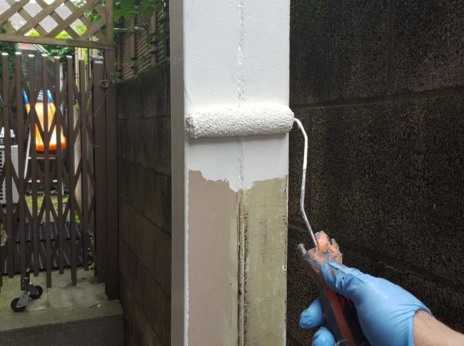 鉄柱のサビ止め塗装中のようです。