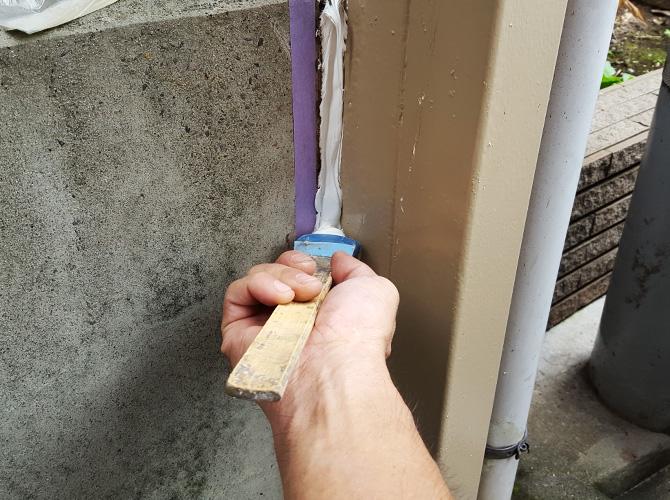 鉄柱の接合部のシーリング補修中です。